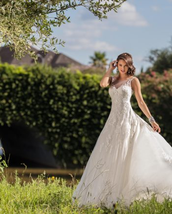 Brudklänning, brudkjole, Brudklänning i spets, Brudklänning i Mikado, Brudklänning i chiffong, Brudklänning djup rygg, Kashmir Creations, Agadio Bridal