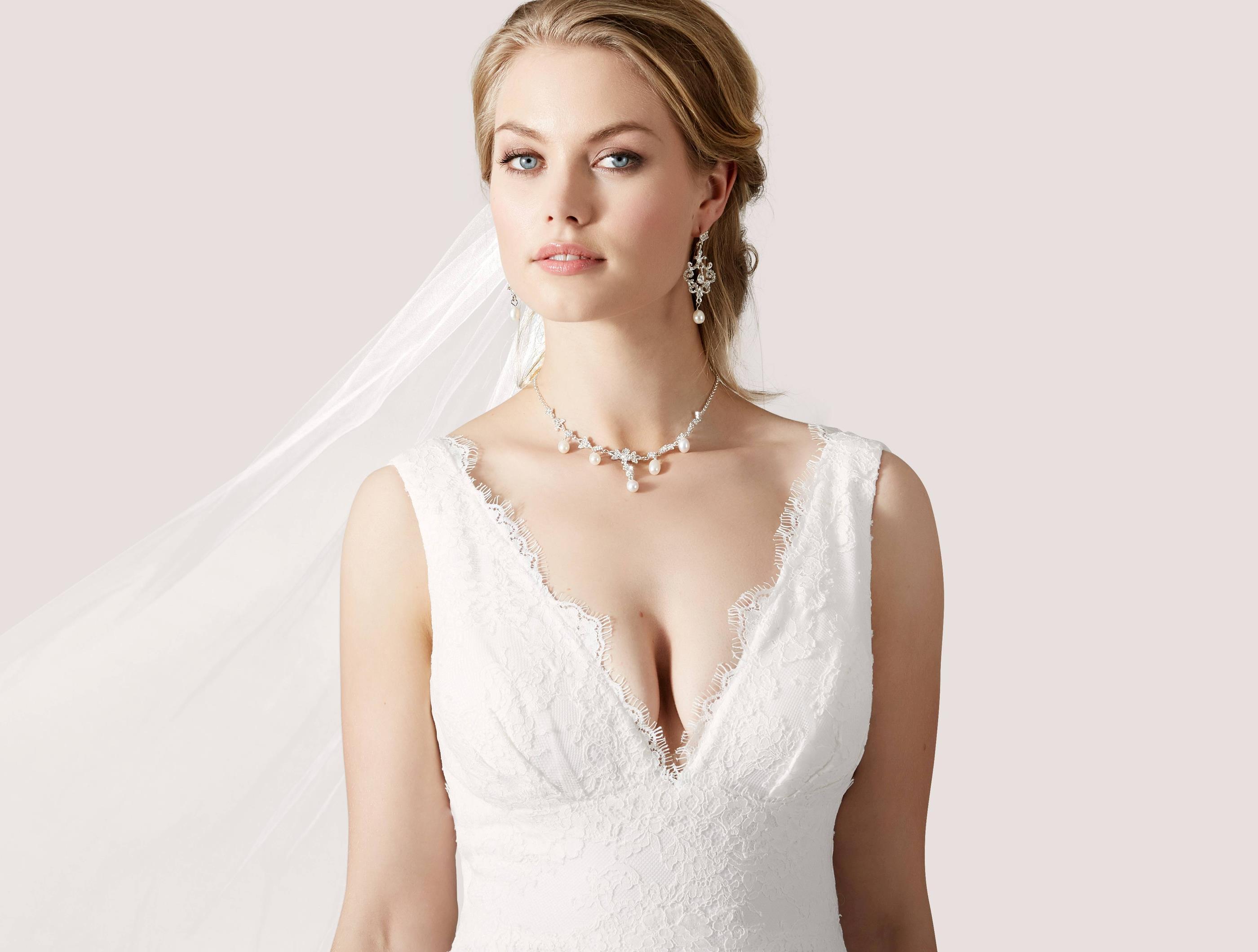 Brudklänning Från Lilly Leveranstid kan variera mellan 1-14 veckor Kontakta oss gärna om du har bråttom med produkten.