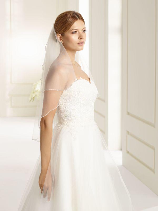 6964626a84ea Brudklänning från Sweetheart en av Justin Alexanders Kollektioner En kort  brudklänning i spets med avtagbar kjol