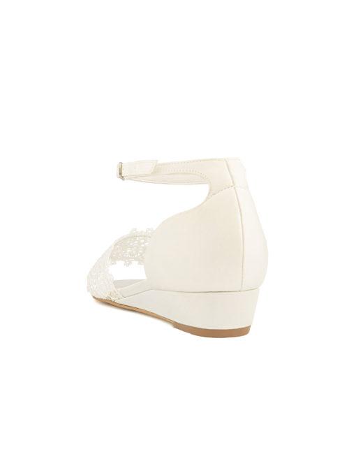 • brudsandal • boho spets och satin • låg kilklack • 2.5 cm hög klack • justerbar vristrem • inlägg av mjukt skum för extra komfort • alla skor är designade och tillverkade i EU • AVALIA är ett varumärke från Bianco Evento